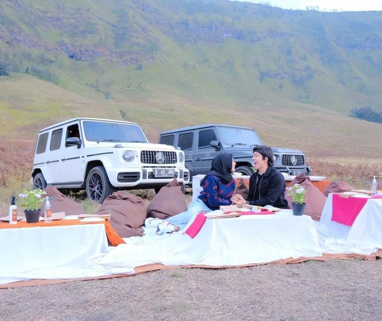 Pasangan Atta Halilintar dan Aurel Hermansyah sedang berlibur ke Bromo. Yuk kita lihat potret mereka tampil semakin mesra!