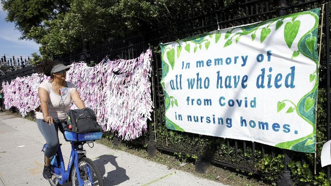 Warna-warni memori para korban yang meninggal akibat pandemi Covid-19 terpampang di salah satu sudut di kompleks pemakaman di New York, Amerika Serikat.