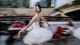 FOTO: Keindahan Balet Swan Lake di Panggung Mengapung Berlin