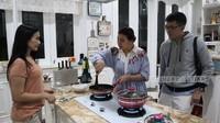 <p>Iis Dahlia juga kerap memakai dapurnya yang mewah untuk memasak hidangan keluarga. Meski sibuk, ia rupanya gemar menyuguhkan masakan Nusantara untuk suami tercinta. (Foto: YouTube ITIKK Family)</p>