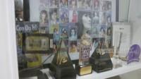 <p>Iis Dahlia memiliki area khusus untuk menyimpan memorabilia. Di sana, teradpat berbagai piala dan penghargaan yang diraih Iis Dahlia selama berkarier di industri hiburan. (Foto: YouTube ITIKK Family)</p>