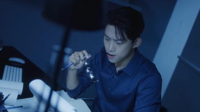 Sukses memerankan bos Babel di Vincenzo beberapa waktu lalu, Taecyeon siap kembali lagi untuk menyapamu sebagai idol. Taecyeon tampil karismatik dengan memakai kemeja berwarna biru yang senada dengan tone warna video. (Foto: youtube.com/jypentertainment)