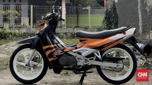 Suzuki Satria pertama kali dijual di Indonesia pada 1997 dengan mesin 2-tak, kemudian beralih menjadi 4-tak pada 2007.