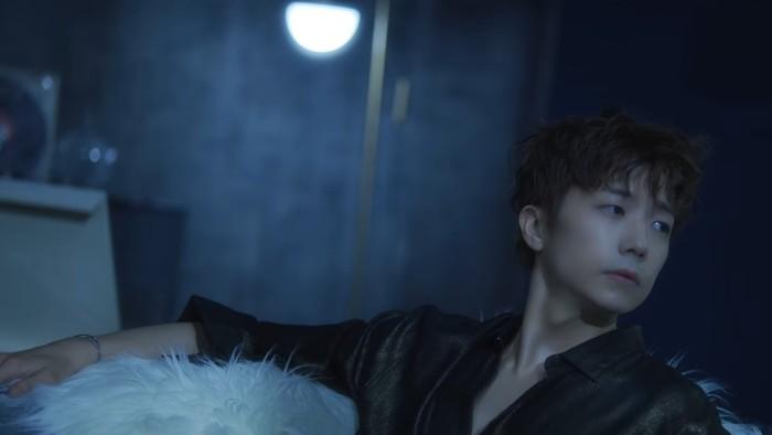 Wooyoung menjadi member kelima dalam trailer. Menyuguhkan penampilan yang berbeda dari biasanya, Wooyoung yang biasa terlihat imut, kini tampil sangat hot dan mempesona. Wah, bikin pangling banget! (Foto: youtube.com/jypentertainment)