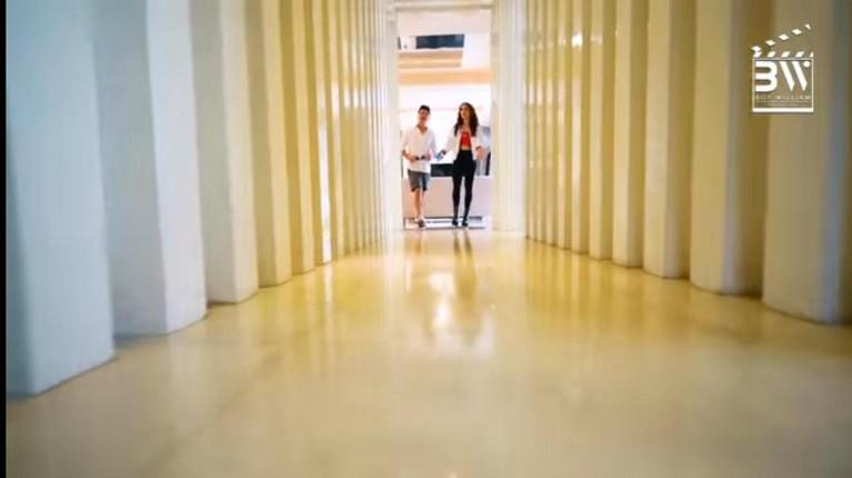 Di unggahan video YouTube milik Boy William, Cinta Laura bercerita tentang setiap sisi apartemennya. Yuk kita intip?