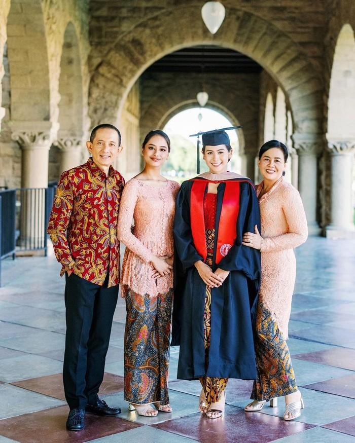 Kebahagiaan Maudy Ayunda pun semakin terpancarkan takkala dia berfoto dengan keluarganya tercinta. Sang ayah mengenakan batik sementara sang Ibu dan adiknya mengenakan kebaya warna peach muda. (Foto: Instagram.com/maudyayunda)