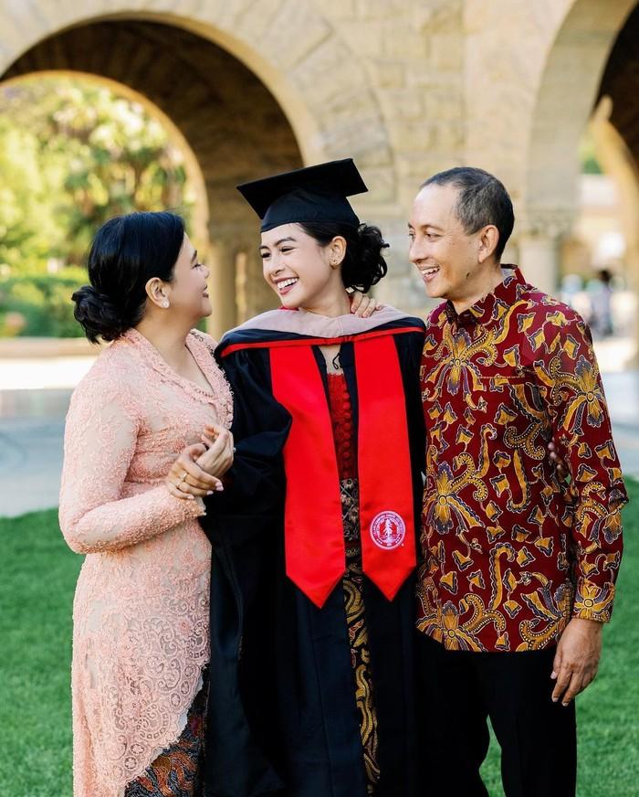Maudy Ayunda juga membagikan momen foto wisuda berada diantara Ayah dan Ibunya. Dalam foto tersebut, tergambar kebahagiaan dan rasa bangga mereka atas kelulusan Maudy. (Foto: Instagram.com/maudyayunda)