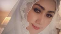 <p>Dengan sedikit riasan pada wajahnya, Mel Shandy dan suami juga berpakaian muslim saat menikah. (Foto: Instagram @melshandymel)</p>