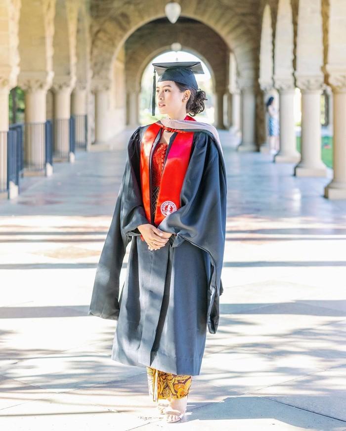 Melalui akun Instagramnya, Maudy Ayunda menggungah foto mengenakan jubah dan toga dari Stanford University. Pelantun lagu perahu kertas ini nampak begitu bahagia di hari wisudanya tersebut. (Foto: Instagram.com/maudyayunda)