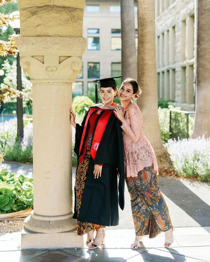 Pada salah satu postingannya, Maudy Ayunda juga menggunggah foto bersama sang adik Amanda Khairunnisa. Keduanya memang dikenal kompak dan sering membagikan momen kebersamaannya. (Foto: Instagram.com/maudyayunda)