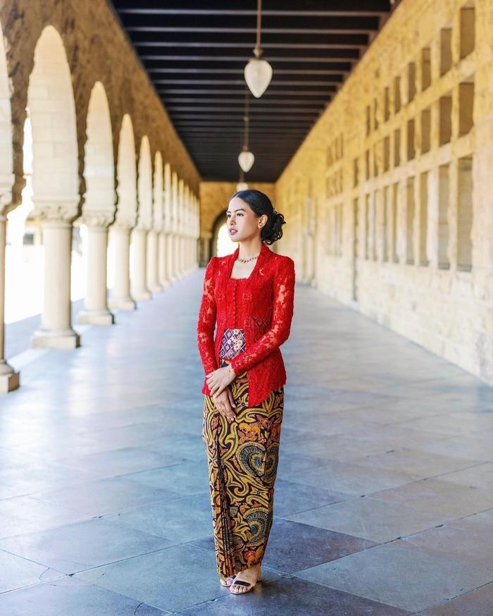 Tak lupa Maudy Ayunda juga membagikan momennya dengan menggunakan kebaya berwarna merah dengan bawahan batin rancangan Didiet Maulana. Maudy nampak sangat cantik dan anggun dengan kebayanya tersebut. (Foto: Instagram.com/maudyayunda)