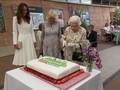 VIDEO: Aksi Ratu Elisabeth II Potong Kue Pakai Pedang