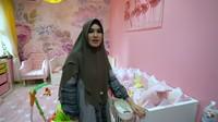 <p>Kartika Putri sangat menjaga kenyamanan si buah hati di kamarnya. Ia membelikan Khalisa sebuah kasur empuk dengan nuansa pink yang senada dengan kamar. (Foto: YouTube Kartika Putri Official)</p>