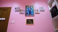 <p>Artis berusia 30 tahun itu juga menghiasi dinding kamar dengan memorabilia berupa foto-foto Khalisa dan keluarga kecilnya. (Foto: YouTube Kartika Putri Official)</p>