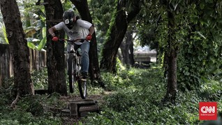 FOTO: Pesepeda MTB Menjajal Jalur Hijau Tengah Kota Jakarta