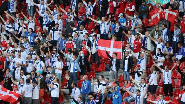 Suporter Denmark dan Finlandia kompak menyanyikan nama Christian Eriksen yang pingsan di Stadion Parken di Euro 2020 (Euro 2021).