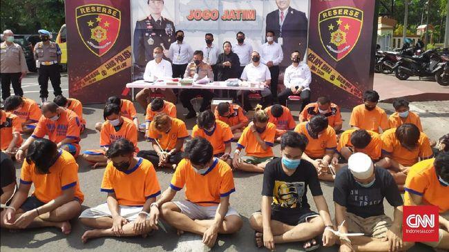 Sebanyak 67 orang yang diduga melakukan pungli ditangkap di Pelabuhan Tanjung Perak, Terminal Purabaya, pangkalan truk di Gresik, Sidoarjo dan Mojokerto.