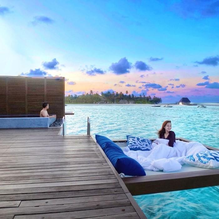 Maldives sendiri dipilih Nanda, karena destinasi Maladewa ini sudah dibuka aksesnya untuk traveling. Berbagi potret keseruan keduanya pun dibagikan di laman Instagram. Dengan indahnya pemandangan Maldives, pasangan yang satu ini sukses bikin netizen iri lho! (Instagram.com/nandaarsynt)