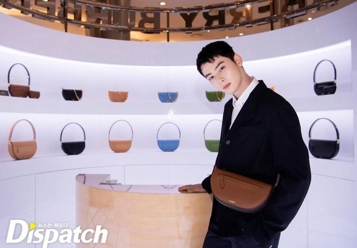Cha Eun Woo ditunjuk untuk mempromosikan Burberry Olimpia Bag. Ia tampil rapih dengan setelan jas bewarna hitam. Model rambut barunya juga membuat ia terlihat makin apik / foto: instagram.com/koreadispatch