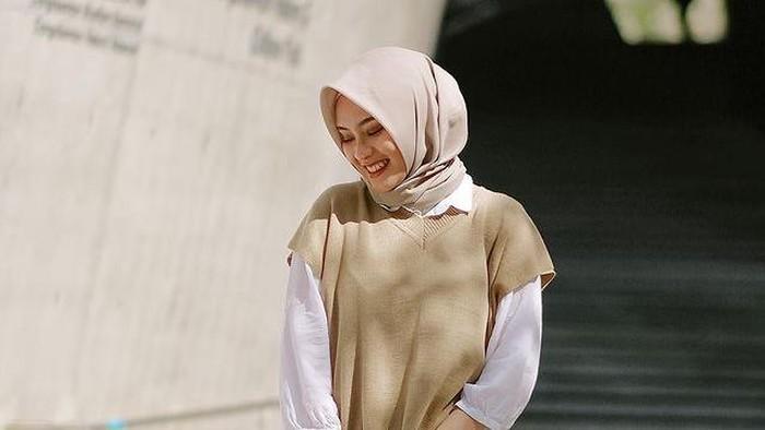 5 Mix and Match Fashion Hijab dengan Cardigan Rajut ala Youtuber Bianca Kartika
