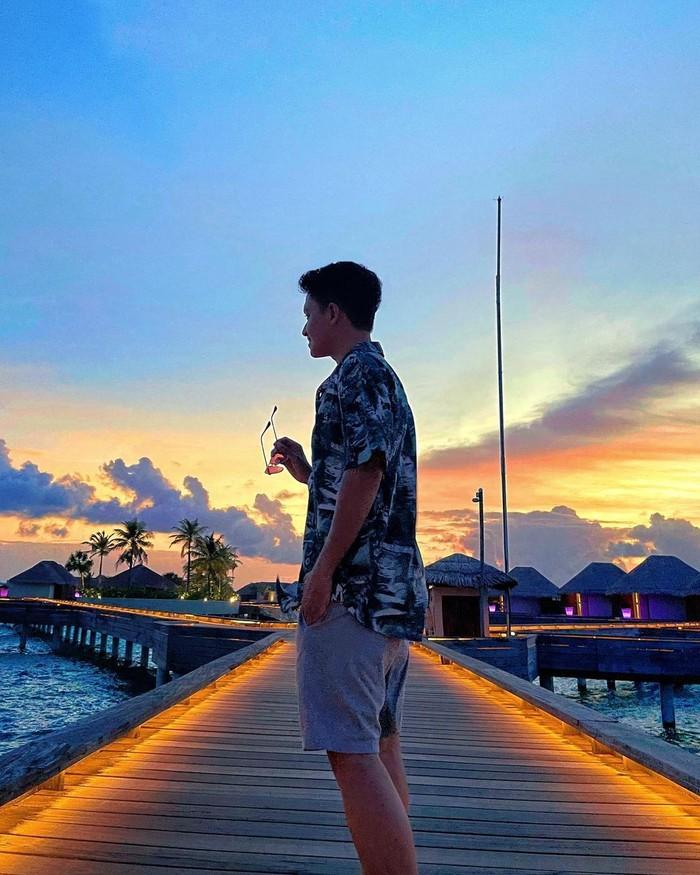 Jika Nanda membagikan potret sedang berjemur, berbeda halnya dengan Ardya Sang suami yang membagikan potret yang tengah menikmati sunset indah di Maldives. (Instagram.com/ardya.th)