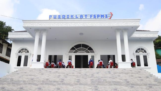 Bersama Presiden KSPI, Said Iqbal, Menaker Ida Fauziyah meresmikan Pusdiklat FSPMI di Bogor, Jawa Barat yang diperuntukkan untuk pengembangan SDM buruh.