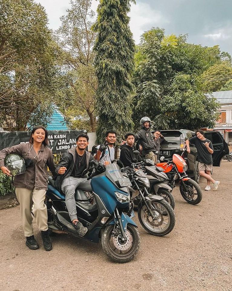 Awkarin menikmati liburannya hiking ke Desa Wae Rebo di Flores bersama teman-teman prianya. Yuk kita intip keseruannya!