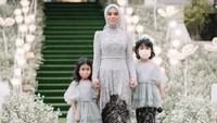 <p>Lesti Kejora hadir dengan baju kebaya bernuansa dusty yang dipadu bersama rok lilit dari kain tradisional. Ia juga mengenakan hijab segiempat berwarna senada. (Foto: Instagram/@imagenic)</p>