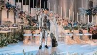 <p>Prosesi lamaran digelar di Gedong Putih, Bandung, Jawa Barat. Rizky Billar mempersiapkan dekorasi bertema soft yang tetap terlihat mewah untuk calon istrinya. (Foto: Instagram/@imagenic)</p>