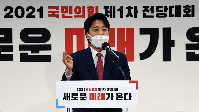 Lee jun-seok, seorang pendiri start up pendidikan yang kini berusia 36 menjadi ketua umum partai politik termuda sepanjang sejarah politik di Korea Selatan.