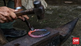 FOTO: Pemasangan Tapal Kuda Delman di Jakarta Selatan
