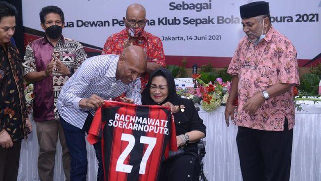 Persipura Jayapura resmi mengukuhkan Rachmawati Soekarnoputri sebagai Ketua Dewan Pembina Tim Mutiara Hitam, Senin (14/6).