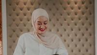 <p>Pasangan yang menikah 10 Juli 2020 ini mulanya menyita perhatian karena keduanya melaksanakan pernikahan tanpa proses pacaran.(Foto: Instagram @dindahauw)</p>