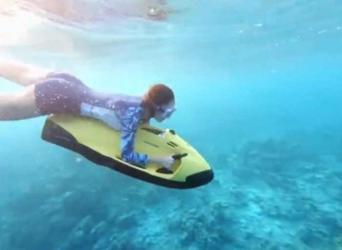 Selain menaiki jetsky, pasangan muda yang satu ini juga sempat untuk menikmati pemandangan indah bawah laut menggunakan seabob. (Instagram.com/nandaarsynt)