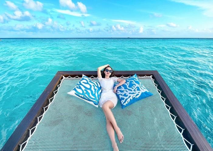 Sembari menikmati suasana sekitar, Istri dari Ardya Tridwantoro ini pose juga menawan dengan pemandangan eksotis laut Maldives. Duhhh... bikin iri ya! (Instagram.com/nandaarsynt)