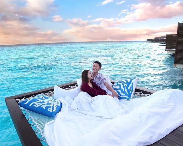 Seperti salah satu potretnya ini, Nanda dan Ardya tampak sedang tertawa bersama sembari menikmati suasana pagi di tengah hamparan indahnya laut biru jernih. (Instagram.com/nandaarsynt)