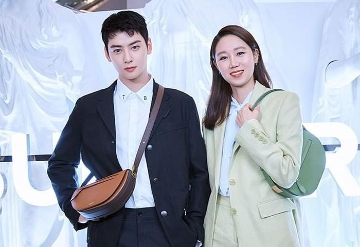 Tidak sendirian, Cha Eun Woo juga sempat berpose bersama seniornya, Gong Hyo Jin. Mereka sama-sama hadir untuk memperkenalkan pop-up store Burberry. Tampak menawan bukan, aktris dan aktor ini? / foto: instagram.com/voguekorea