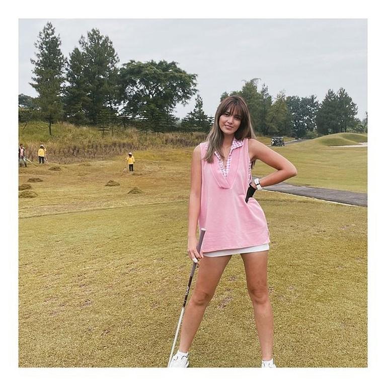 Olahraga Golf tampaknya sedang tren di kalangan selebriti Tanah Air. Yuk kita intip gaya siapa yang paling kece saat main golf!