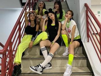 Main vocal After School, Raina, juga masih terlihat imut-imut. Seperti biasa, Raina sukses mendapatkan standing applause dari penonton, berkat high notes-nya / foto: twitter.com/OfficialASDaze