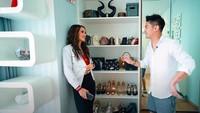 <p>Corner wardrobe di kamar Cinta Laura terdapat beberapa tas dan sepatu miliknya. Cinta sendiri bukan kolektor fashion item, Bunda. Sehingga, jika dibandingkan artis lain, koleksi wardrobe miliknya terbilang sedikit. (Foto: YouTube Boy William)</p>