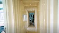 <p>Cinta Laura Kiehl menyebut apartemennya simple tapi manis. Desainnya modern tapi tidak terlalu berlebihan. Di foto ini merupakan lorong penghubung antar ruangan. (Foto: YouTube Boy William)</p>
