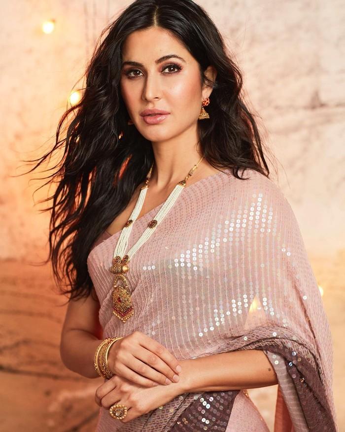 Artis berdarah India Ingris ini telah lama dikenal di industri hiburan Bollywood. Pesona kecantikannya terpancar dari sorot mata yang indah, postur tubuh yang tinggi dan kepiawaian akting yang mumpuni. (Foto:instagam.com/katrinakaif)