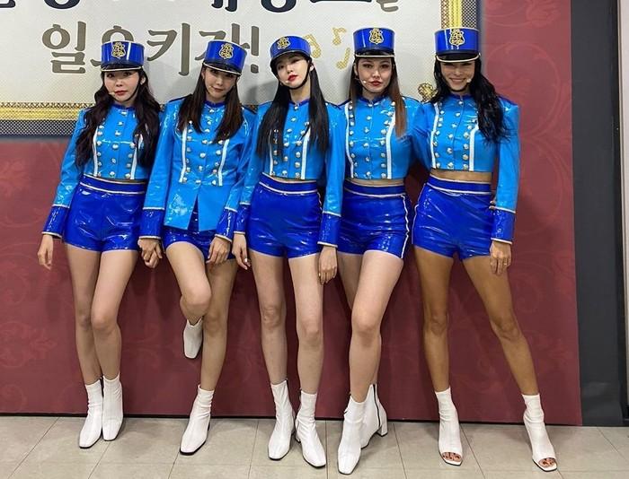 Bang! lagu After School paling ikonik dan bersejarah. Pada lagu ini, mereka tidak cuma bernyanyi dan menari, tapi juga melakukan pertunjukan drum layaknya marching band sungguhan / foto: twitter.com/OfficialASDaze