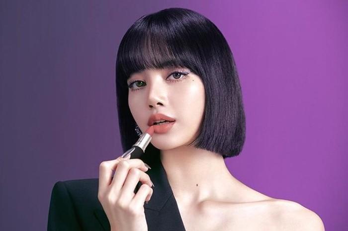 Foto ini diunggah di instagram saat pengumuman Lisa sebagai wajah baru MAC Cosmetics dimana ia kelihatan sedang menggunakan MAC's Powder Kiss Lipstick Mull It Over dengan gaya rambut blunt bang. (Pict : instagram.com/maccosmetics)