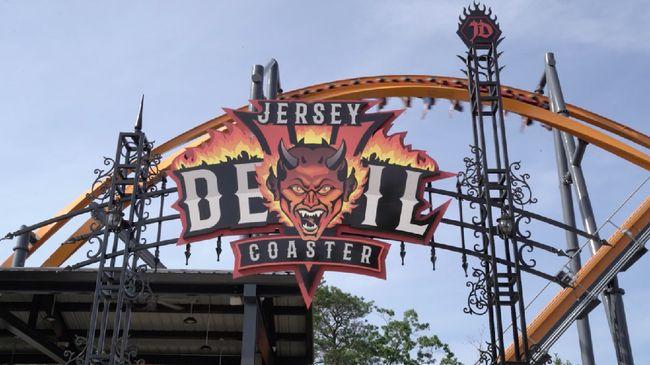 Jersey Devil telah dibuka dan langsung memegang rekor roller coaster rel tunggal tertinggi di dunia.