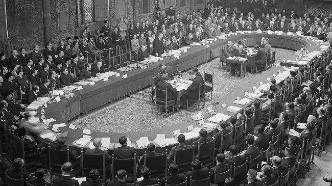 Konferensi Meja Bundar adalah peristiwa bersejarah bagi Indonesia lepas dari cengkeraman Belanda. Berikut latar belakang, isi rumusan, dan hasil peristiwa KMB.