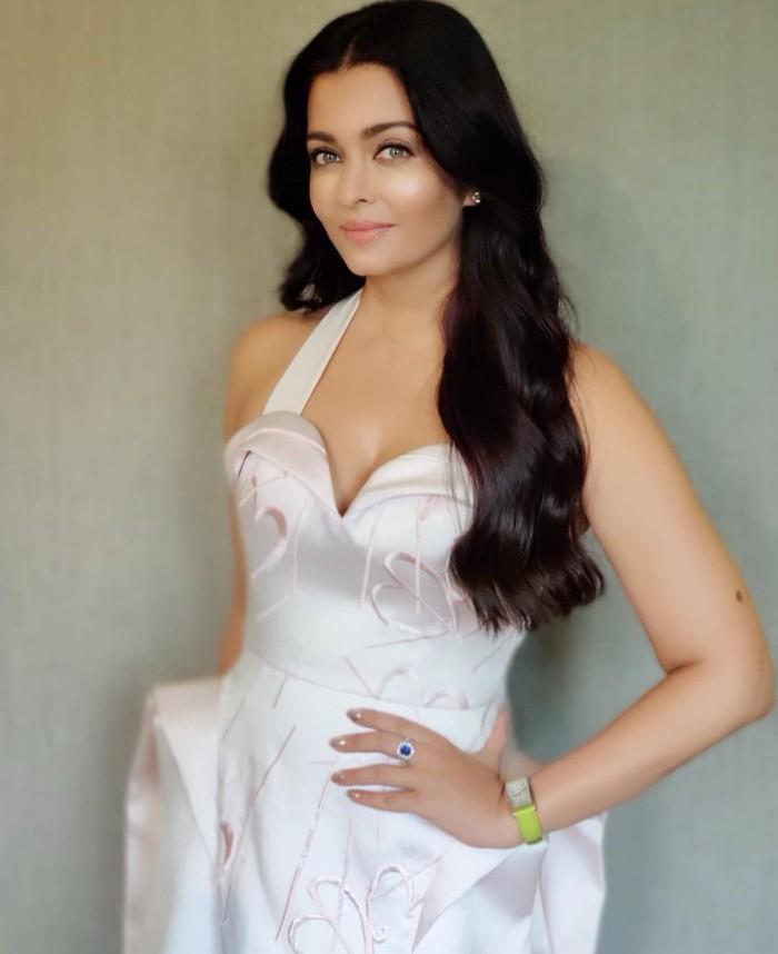 Meskipun sudah berusia kepala 4, pesona Aishwarya Rai Bachchan seakan tak ada pudarnya. Kecantikan Aishwarya Rai Bachchan selalu terpancar dari paras wajah yang menawan dan karir yang sukses. (Foto: instagram.com/aishwaryaraibach)