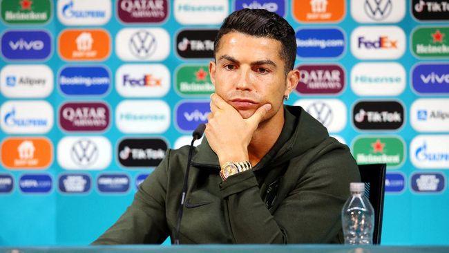 Megabintang Cristiano Ronaldo membuat heboh media sosial Twitter dengan video saat konferensi pers jelang Portugal vs Hungaria di Euro 2020 (Euro 2021).