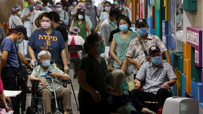 FOTO: Lansia Taiwan Ramai-ramai Ikut Vaksinasi Covid