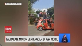 VIDEO: Terpental, Motor Bertengger di Atas Mobil